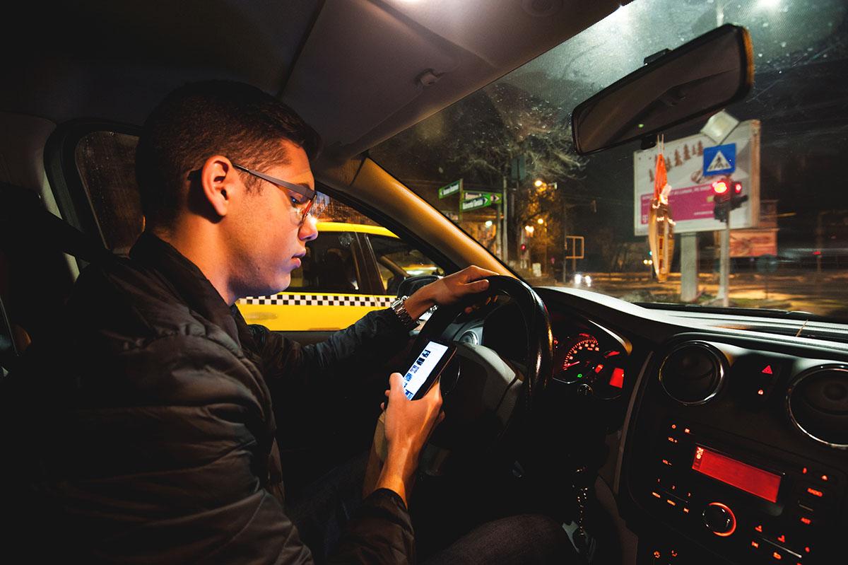 Tu îţi foloseşti telefonul mobil în timp ce conduci?